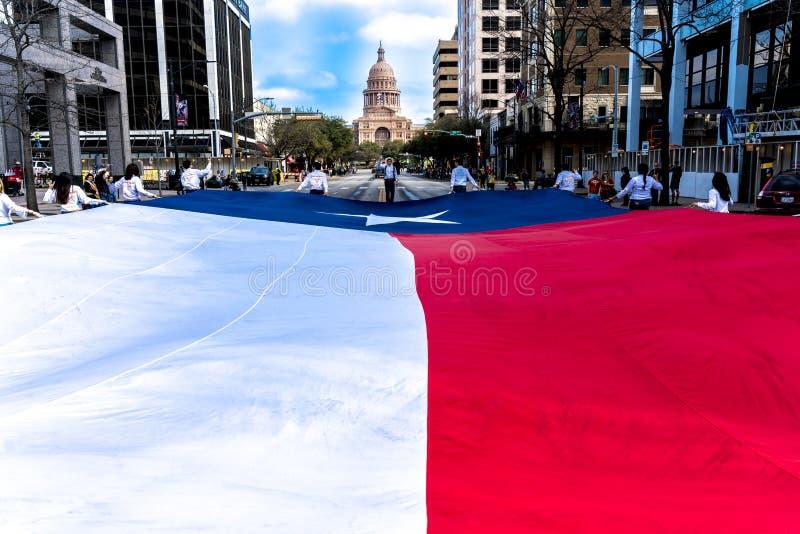 MARSCHERA 3, 2018 - AUSTIN TEXAS - Texasuniversitetetstudenter bär avenyn för kongressen för den Texas flaggan ner 2 Texas royaltyfri bild