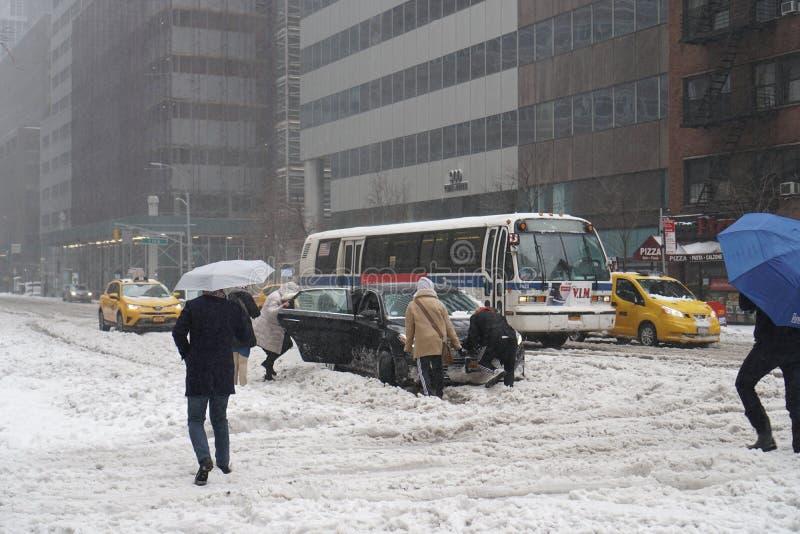 Marschera 14, 2017, Manhattan, New York City, USA - bilen som klibbas i snö under snöhäftig snöstorm i Manhattan, New York City, arkivbild