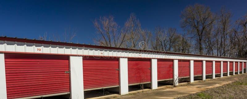 MARSCHERA 6, 2018 - självlagringslagret med öppna röda dörrar utanför Marshall - Texas Semester struktur royaltyfria foton