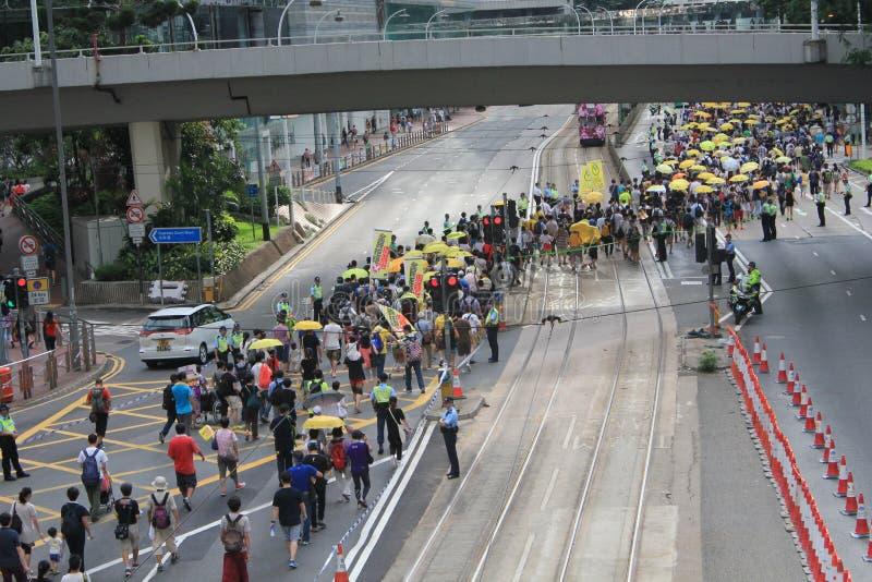 Marscherar Hong Kong aktivister 2015 framåt av röstar på den val- packen arkivfoto