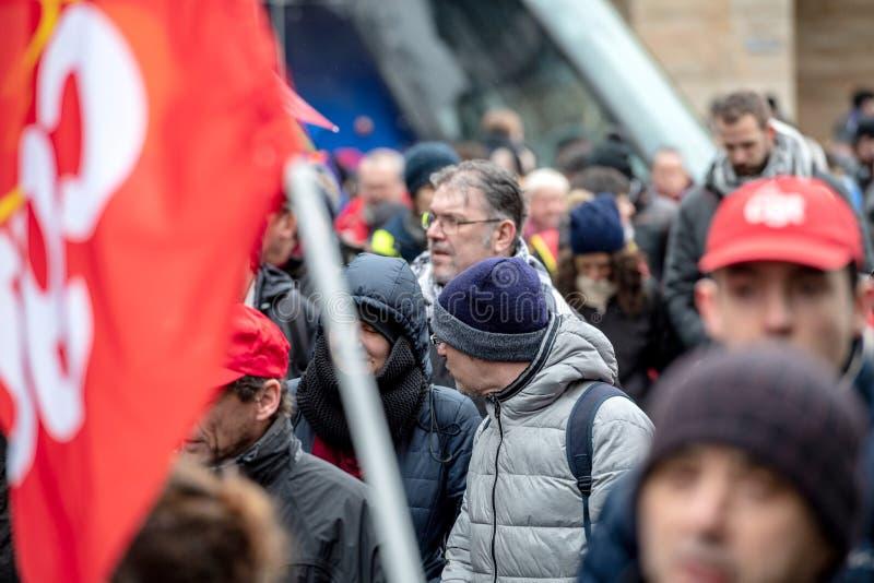 Marschieren unter Regen am Protest gegen Macron-Franzoseregierung lizenzfreie stockfotografie