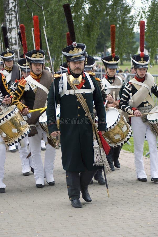Marschierende Soldat-reenactorsspieltrommeln lizenzfreie stockfotos