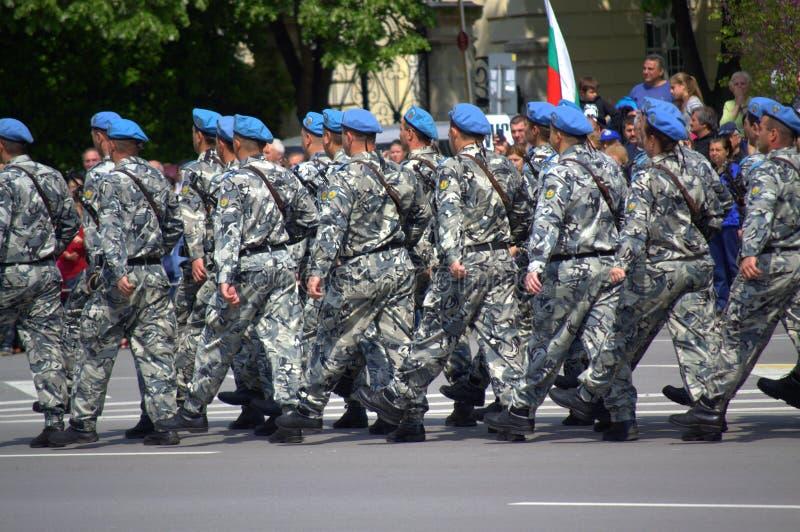 Marschierende Soldaten lizenzfreies stockbild