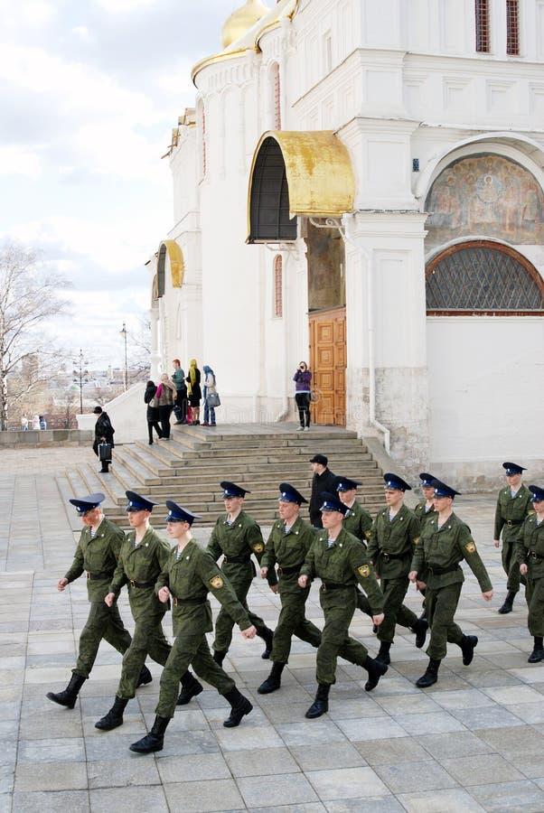 Marschierende Soldaten in Moskau der Kreml lizenzfreie stockfotografie