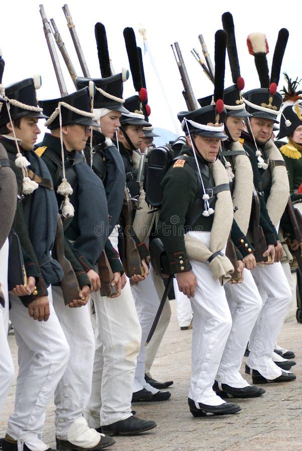 Marschierende Soldaten-reenactors gekleidet als russische Armeesoldaten lizenzfreie stockbilder