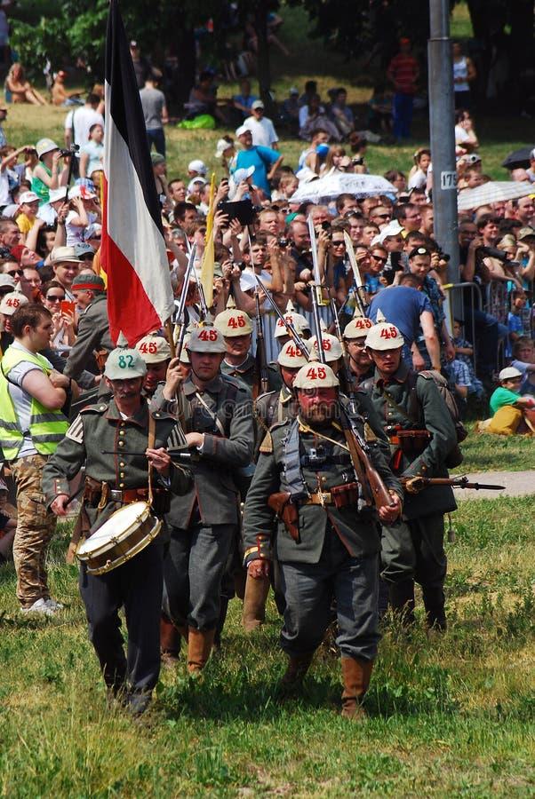 Marschierende Soldaten und Öffentlichkeit stockfotografie