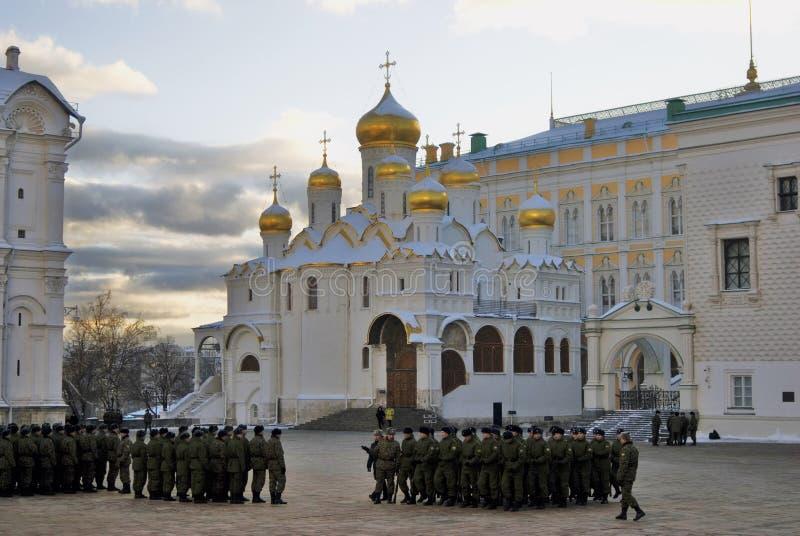 Marschierende Soldaten und Ankündigungskirche von Moskau der Kreml stockfoto