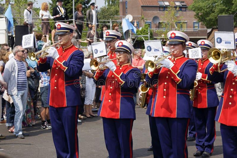 Marschmusikband på gatateaterfestivalen i Doetinchem, Nethen royaltyfria foton