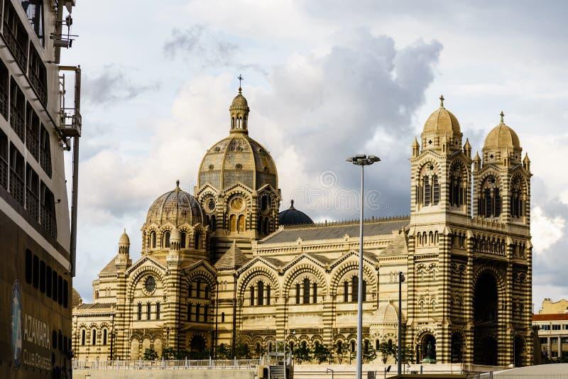 Marseille, Francja - 2019 Azamara statek wycieczkowy doked przed Marseille katedrą, Cathedrale Majeure de Marseille obraz royalty free