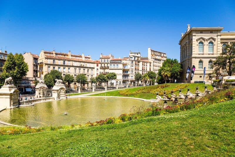 Marseille, Frankreich Kaskadieren Sie Brunnen und einen Teich an der Unterseite des Palastes von Longchamp lizenzfreie stockfotos