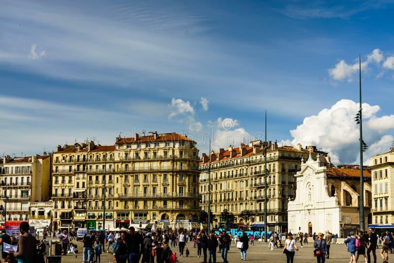 Marseille Frankrike - 2019 Lokaler och turist som går till och med den gamla Vieux-porten av Marseille arkivfoton