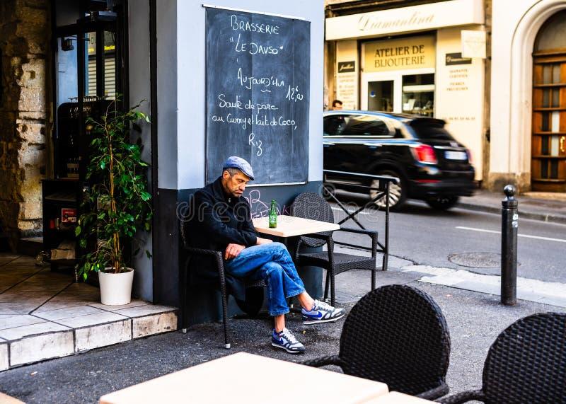 Marselha, França - 2019 Ancião que bebe uma cerveja em um terraço em Marselha do centro fotografia de stock royalty free
