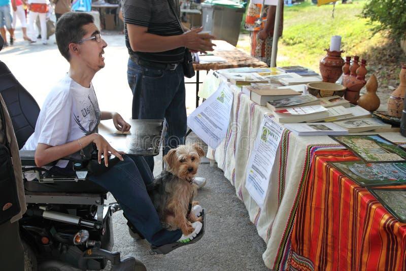 MARSELHA, FRANÇA - 26 DE AGOSTO: Foto de um homem novo em um wheelch foto de stock