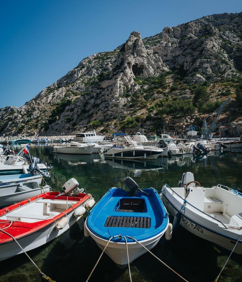 MARSELLA, FRANCIA - 23 DE JUNIO DE 2016: Barcos amarrados en el puerto de Calanque de Morgiou, parque nacional de Calanques Viaje imagen de archivo libre de regalías