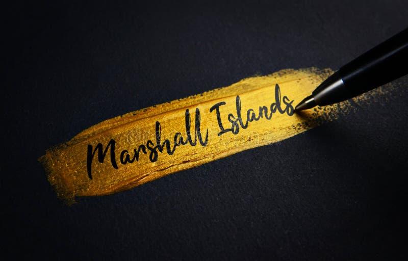 Marshall Islands Handwriting Text no curso dourado da escova de pintura fotos de stock