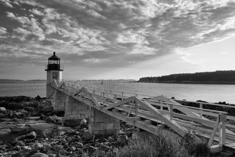Marshall Point Light según lo visto de la costa rocosa del puerto Clyde imagenes de archivo