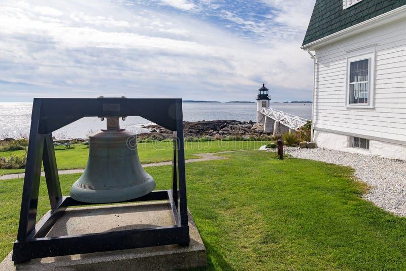Marshall Point Light según lo visto de la costa rocosa del puerto Clyde, fotografía de archivo libre de regalías