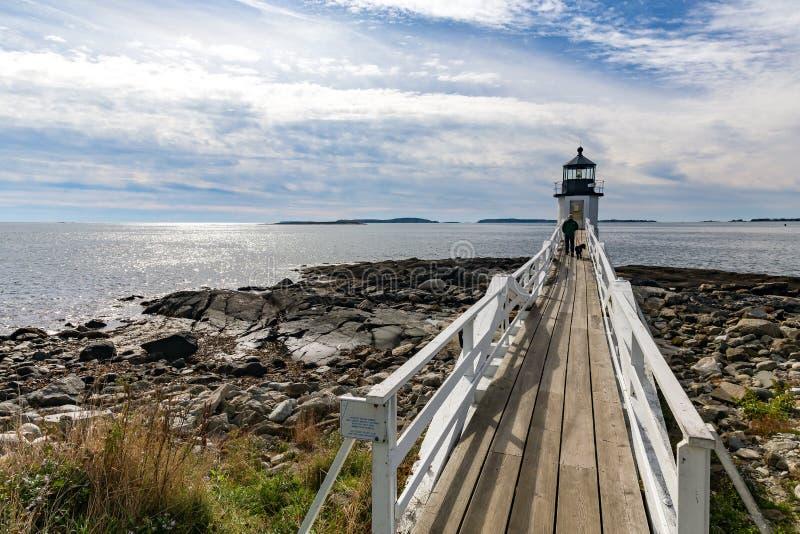 Marshall Point Light según lo visto de la costa rocosa del puerto Clyde, imagen de archivo
