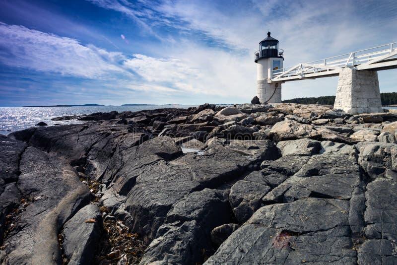 Marshall Point Light según lo visto de la costa rocosa del puerto Clyde, imágenes de archivo libres de regalías