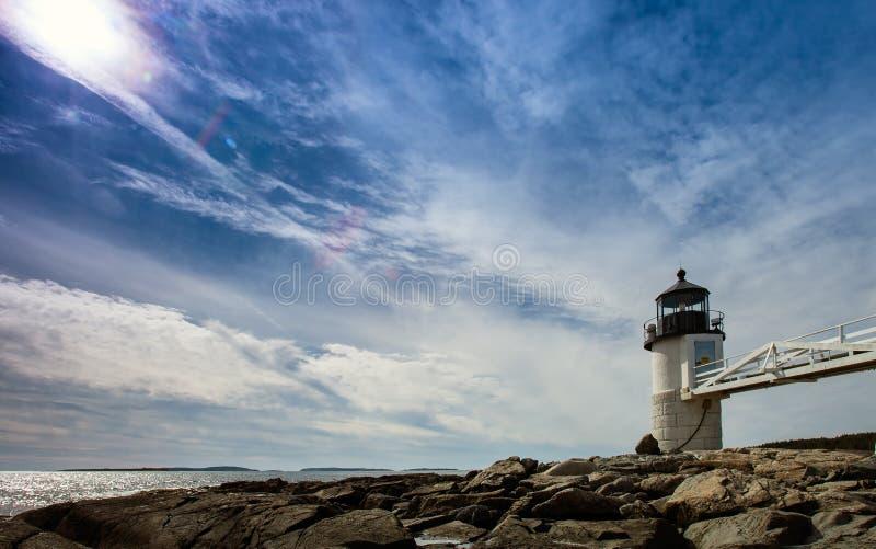 Marshall Point Light según lo visto de la costa rocosa del puerto Clyde, foto de archivo
