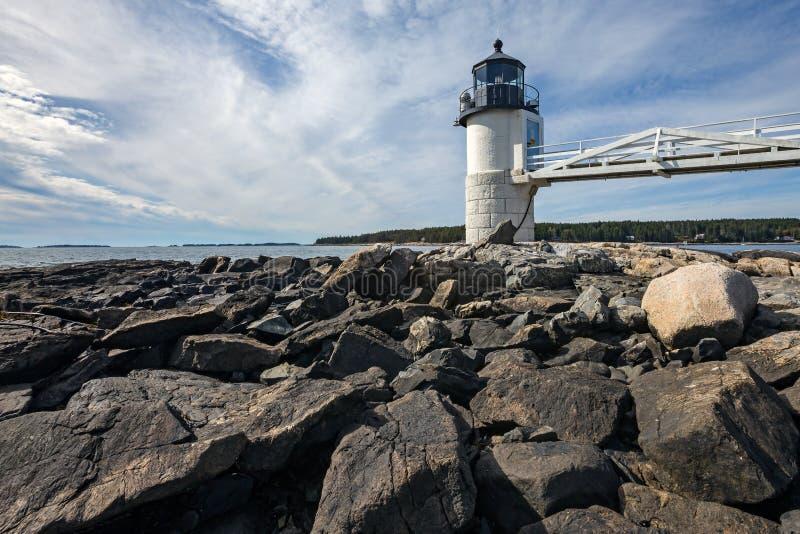 Marshall Point Light según lo visto de la costa rocosa del puerto Clyde, fotos de archivo libres de regalías