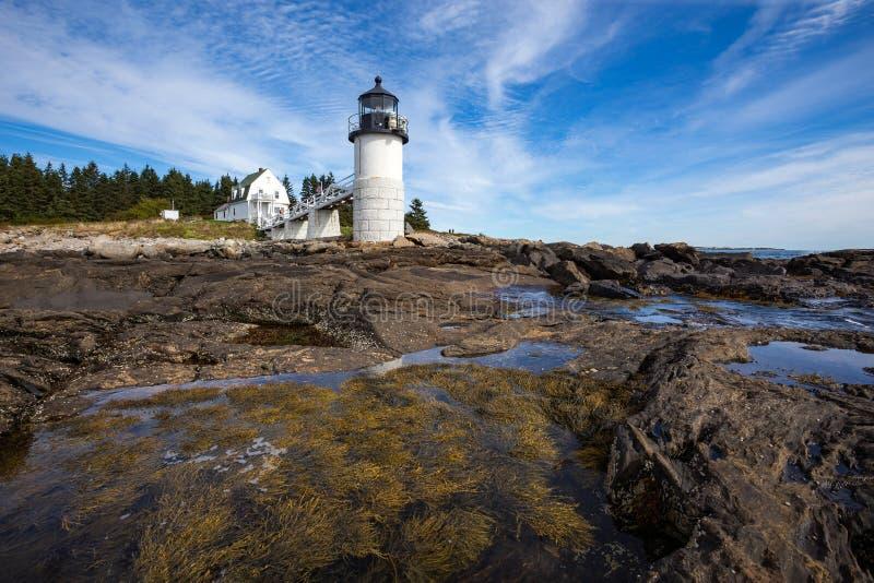 Marshall Point Light según lo visto de la costa rocosa del puerto Clyde, Maine imagen de archivo