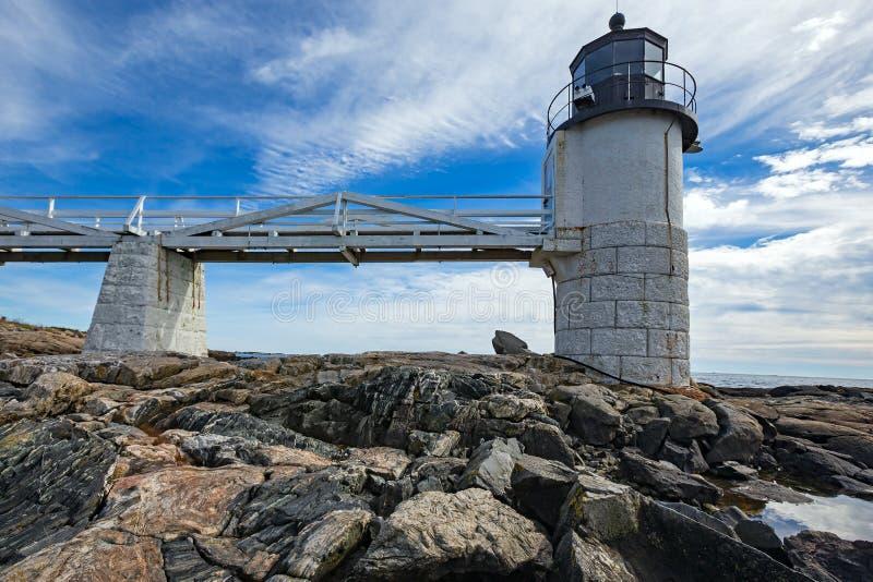 Marshall Point Light según lo visto de la costa rocosa del puerto Clyde, Maine imagenes de archivo