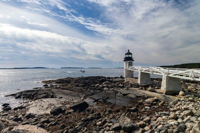 Marshall Point Light, wie von der felsigen Küste des Hafens Clyde gesehen, lizenzfreie stockbilder