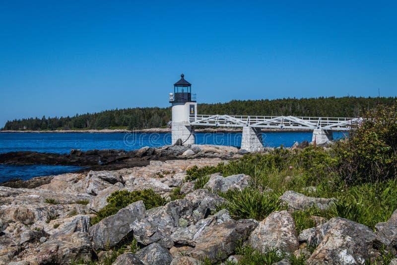 Marshall Point Lighthouse contra un cielo azul brillante fotos de archivo