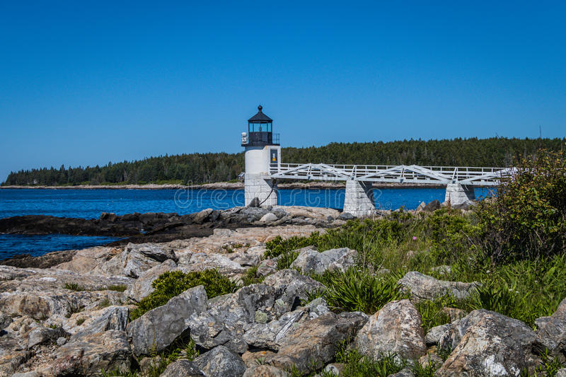 Marshall Point Lighthouse contre un ciel bleu lumineux photos stock