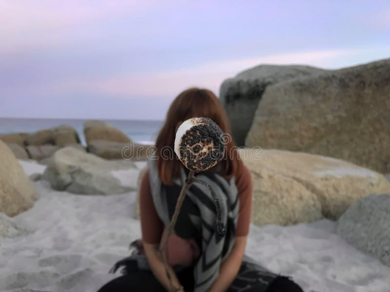 Marshmallow εκμετάλλευσης κοριτσιών στο ραβδί στην παραλία στην Τασμανία στοκ φωτογραφίες