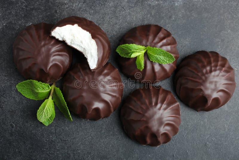 Marshmallow στη σοκολάτα και μια μέντα στοκ εικόνα με δικαίωμα ελεύθερης χρήσης