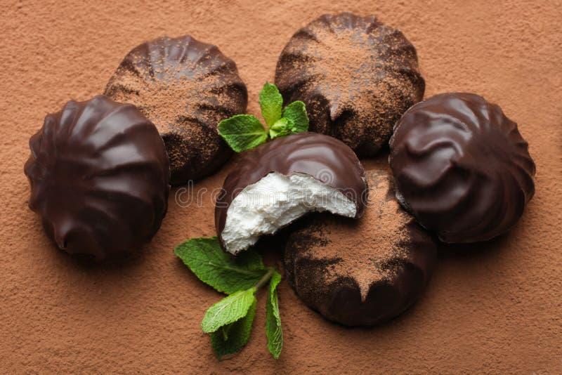 Marshmallow στη σοκολάτα και τη μέντα στοκ εικόνα