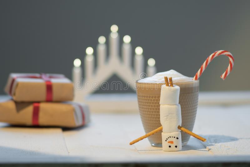 Marshmallow χιονάνθρωπος και κακάο στο υπόβαθρο των φω'των Χριστουγέννων στοκ φωτογραφία