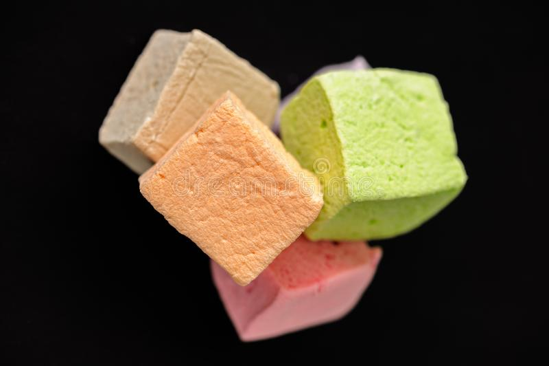 Marshmallow colorido do close up com fundo preto foto de stock royalty free