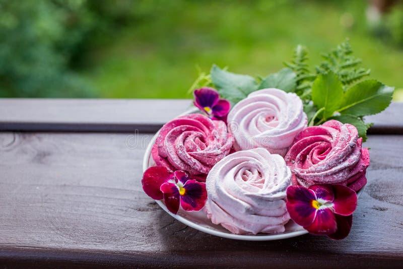 Marshmallow da baga na placa em um fundo claro da natureza Marshmallow delicioso com bagas Marshmallow caseiro imagem de stock royalty free