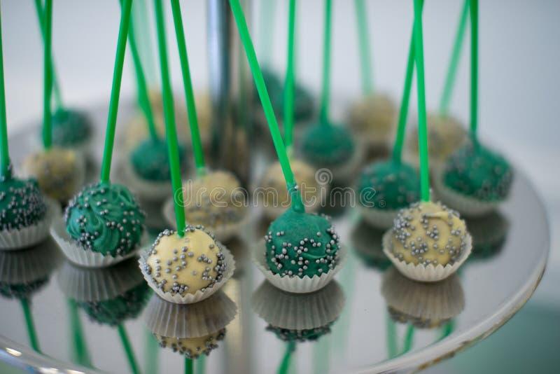 Marshmallow da barra de chocolate na tabela, no bolinho de amêndoa, no bolo e no queque, feriado, aniversário, decoração, baunilh fotografia de stock royalty free