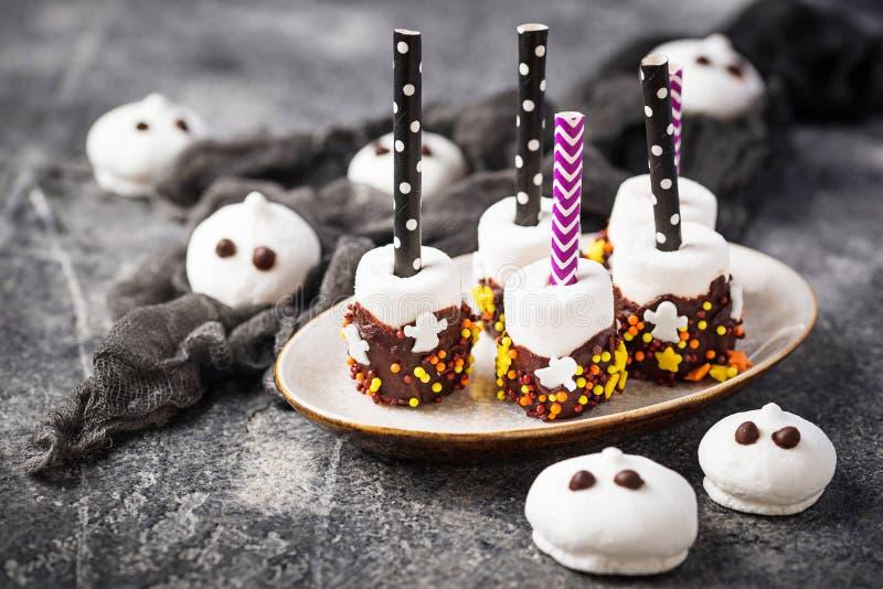 Marshmallow do deleite de Dia das Bruxas no chocolate fotos de stock royalty free