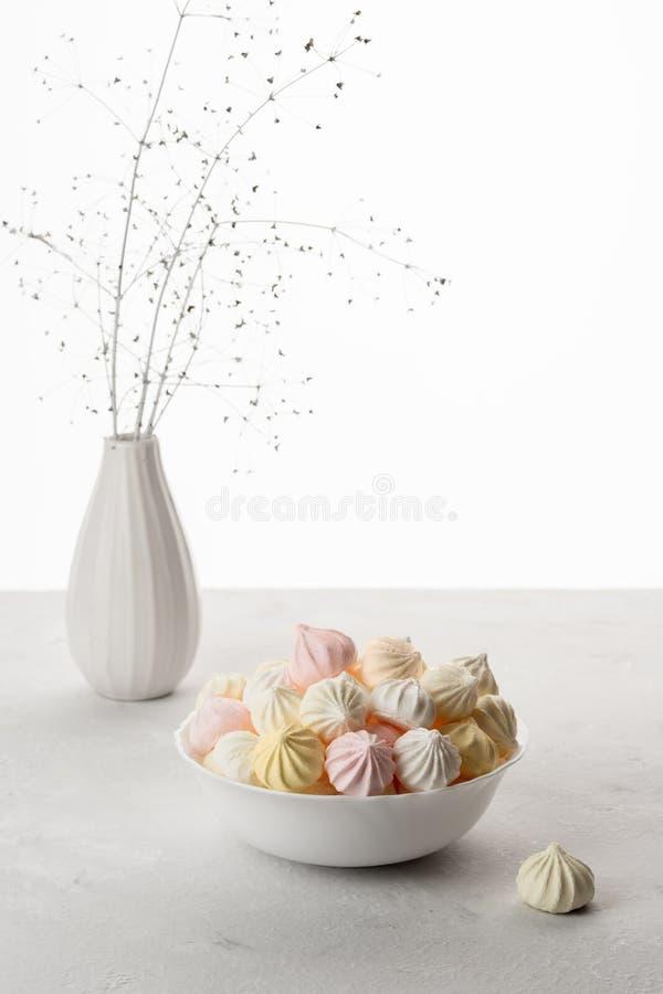 Marshmallow doce no copo, sobremesa deliciosa, em uma parte traseira branca imagens de stock royalty free