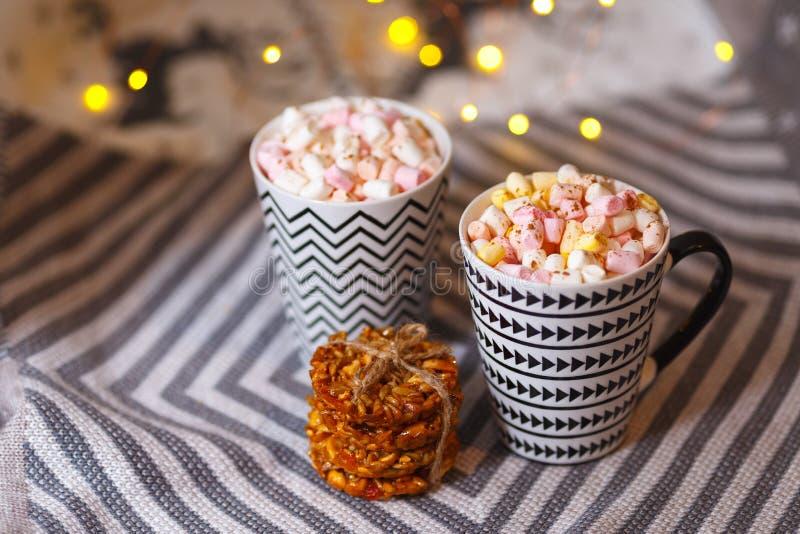 Marshmallow gorący napój w zimnym sezonie dom zrobił gorącej czekoladzie z marshmallow obrazy stock