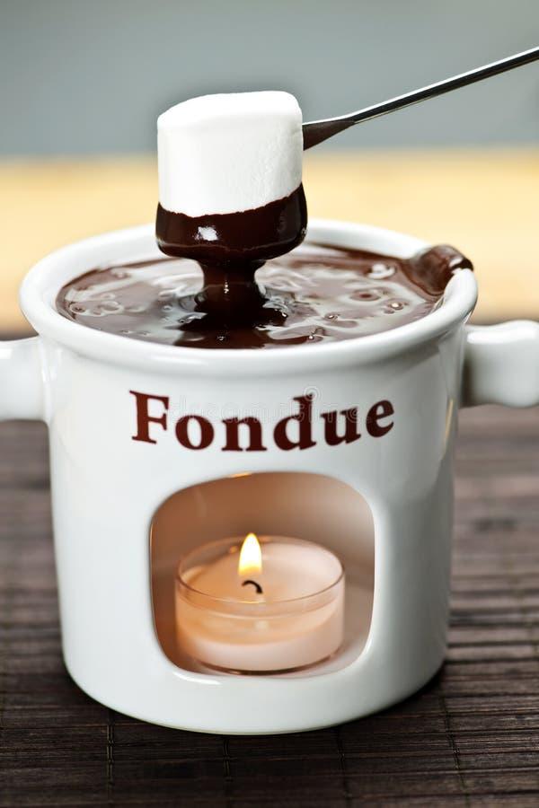 Marshmallow mergulhado no fondue de chocolate foto de stock royalty free