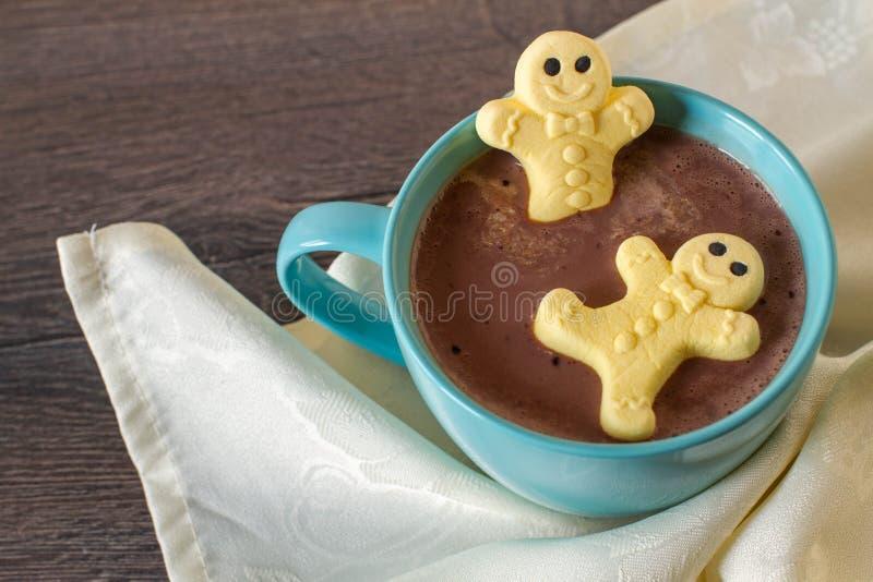 Marshmallow piernikowi mężczyzna w gorącej czekoladzie obraz royalty free