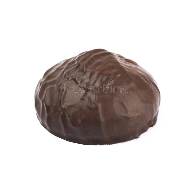 Marshmallow som täckas i isolerad choklad arkivbild