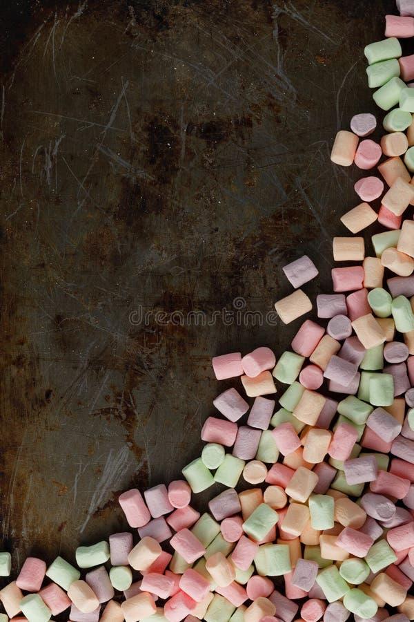 Marshmallow torcido americano no fundo do ferro da oxidação imagem de stock
