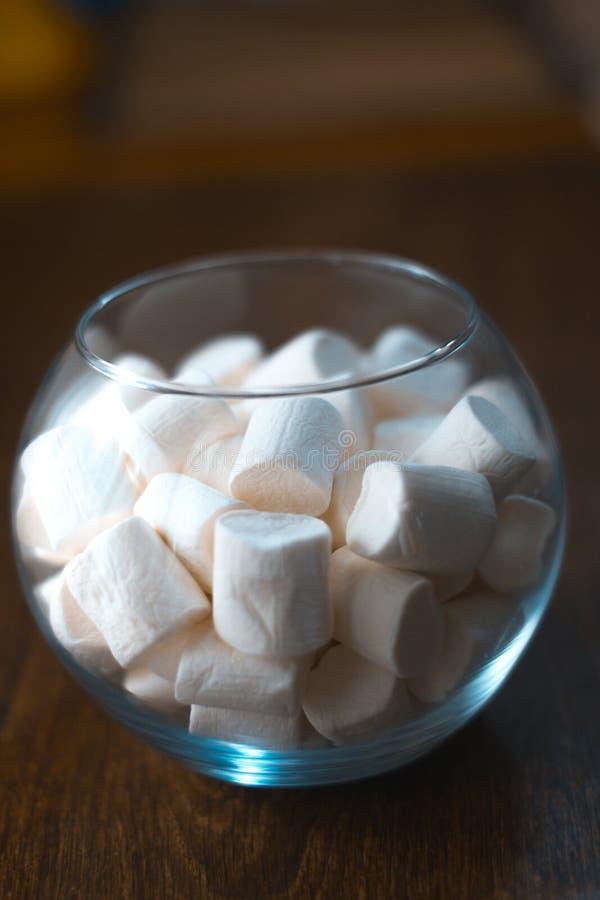 Marshmallow w szklanym pucharze na drewnianym tle obrazy stock