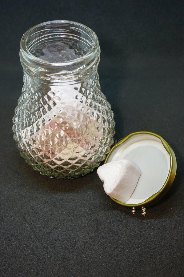 Marshmallower i den glass kruset royaltyfria bilder