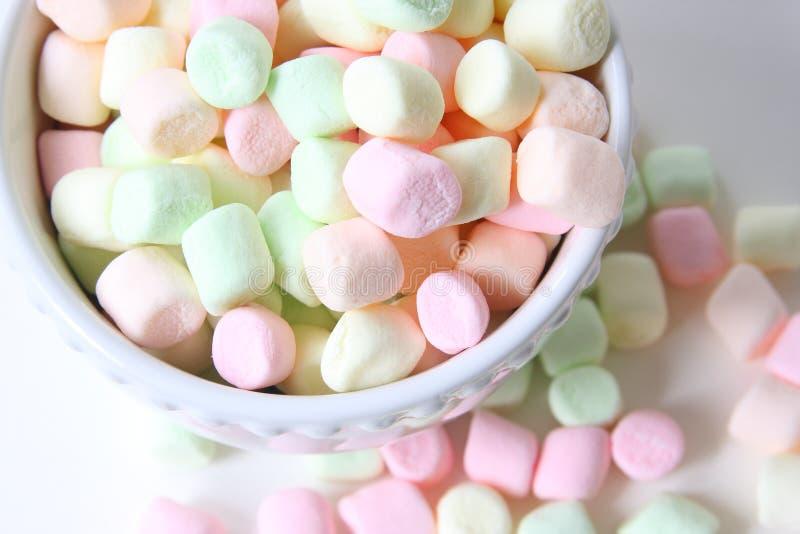 Marshmallows coloridos pequenos foto de stock royalty free