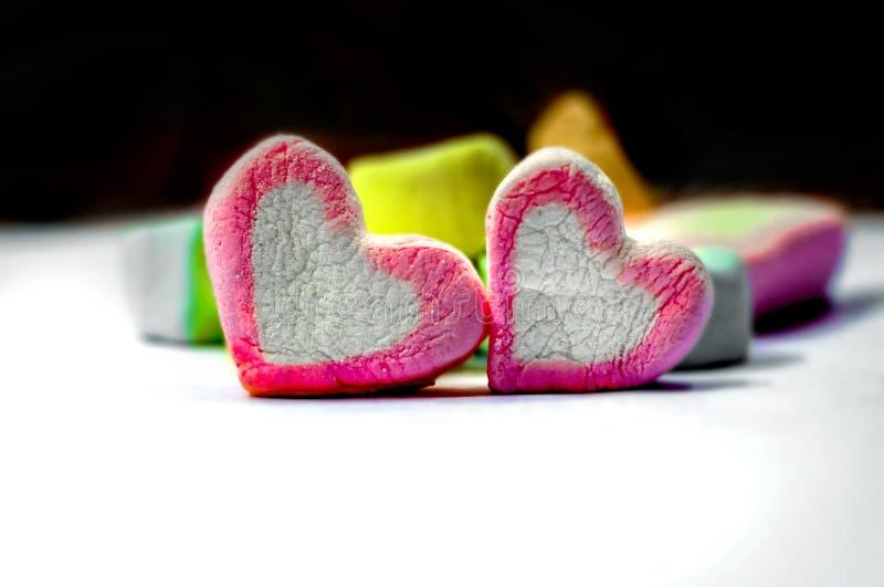 Marshmallows dados forma coração em uma placa imagem de stock