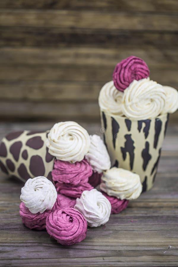 Marshmallows do fruto feitos a mão na caixa de presente foto de stock royalty free