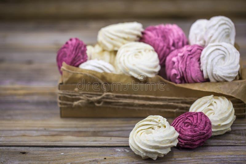 Marshmallows do fruto feitos a mão na caixa de presente fotos de stock royalty free